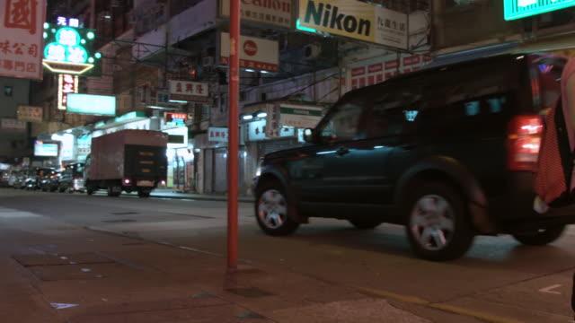 ms ts shot of car moving on street / hong kong, china - västerländsk text bildbanksvideor och videomaterial från bakom kulisserna