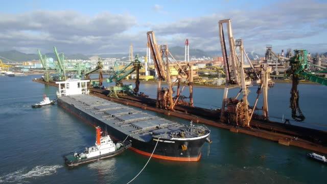vídeos de stock e filmes b-roll de shot of cargo container ship arriving gwangyang port - ancorado