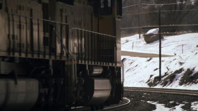 shot of cargo train rounding a turn. - プロボ点の映像素材/bロール