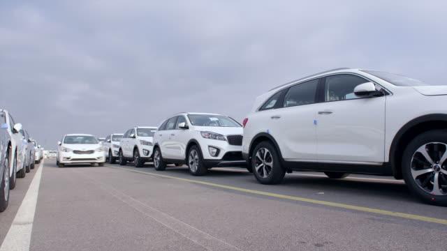 stockvideo's en b-roll-footage met shot of cars stopping in a row at export pier of pyeongtaek port - scheepvaart