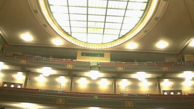 vídeos y material grabado en eventos de stock de ws td shot of ceiling lights to empty seats in concert hall / ann arbor, michigan, united states - ann arbor