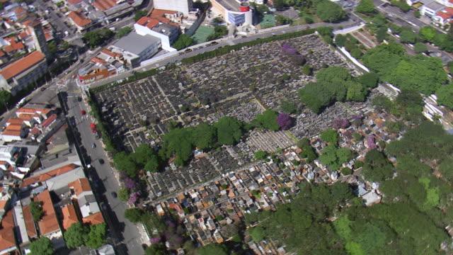 vídeos y material grabado en eventos de stock de ms aerial ts shot of cemetery in city / sao paulo, brazil - cementerio