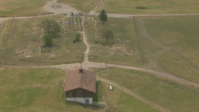 cu aerial ts zo shot of chapel cross and pull out to pine ridge reservation and wounded knee / south dakota, united states - 殺人点の映像素材/bロール