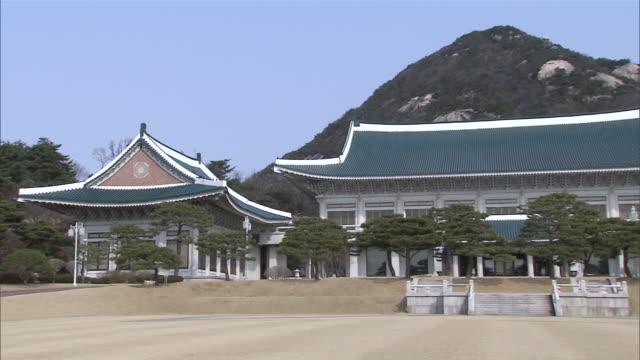 ms shot of cheongwadae (korean presidential residence) / seoul, south korea - mindre än 10 sekunder bildbanksvideor och videomaterial från bakom kulisserna