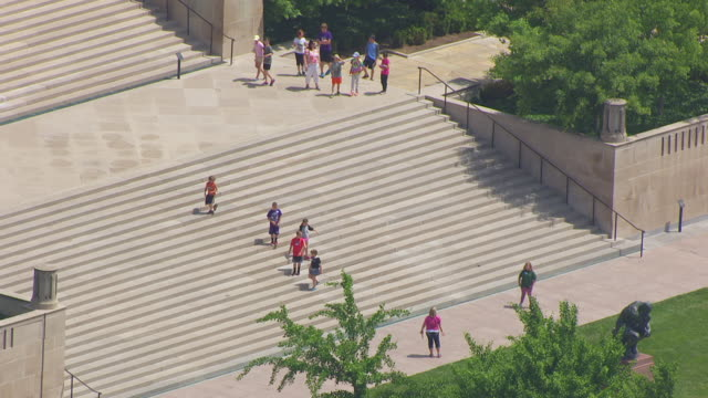 ms aerial zo ts shot of children on steps at nelson atkins museum of art / kansas city, missouri, united states - installationskunst stock-videos und b-roll-filmmaterial