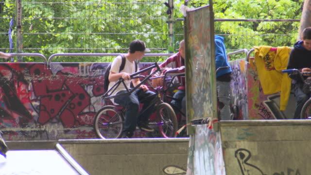 stockvideo's en b-roll-footage met ms shot of children playing skateboard / paris, france - skateboardpark