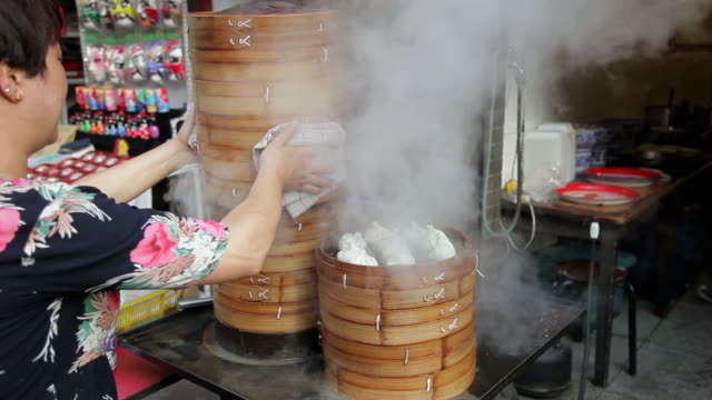 ms shot of chinese steamed stuffed buns selling in street market / xian, shaanxi, china - ダンプリング点の映像素材/bロール