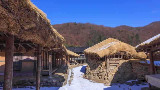 vídeos de stock e filmes b-roll de shot of chogajip(thatched house) at folk village in namyangju studio complex - telhado de palha
