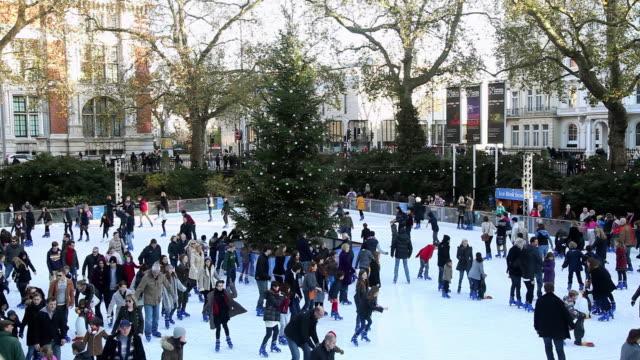 vídeos de stock e filmes b-roll de ms shot of christmas ice skating at natural history museum / london, united kingdom - pista de patinagem no gelo