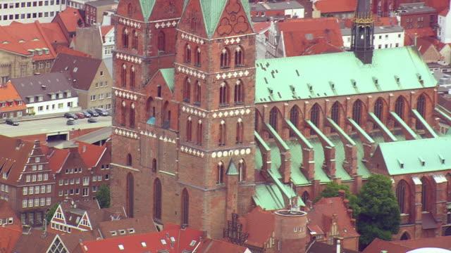 stockvideo's en b-roll-footage met ms aerial td zo shot of church, houses and building / germany - kerktoren