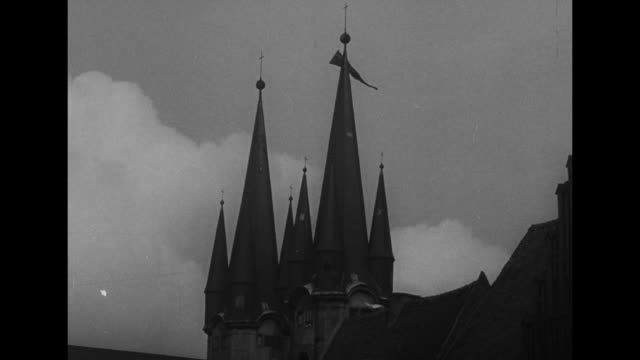 shot of church towers of the church of saint nicholas in eger / warplanes flying overhead above towers in formation - tschechische republik stock-videos und b-roll-filmmaterial