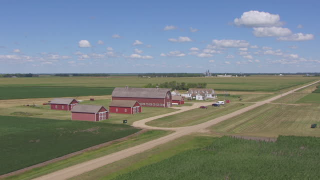 ms aerial ts ds shot of circle bagg bonanza farm / mooreton, north dakota, united states - espansione verso l'ovest video stock e b–roll
