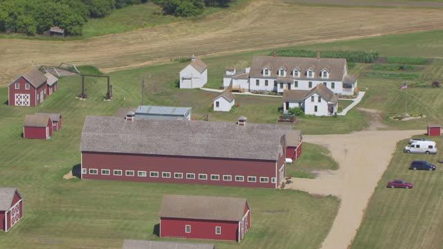 ms aerial ts shot of circle bagg bonanza farm / mooreton, north dakota, united states - espansione verso l'ovest video stock e b–roll