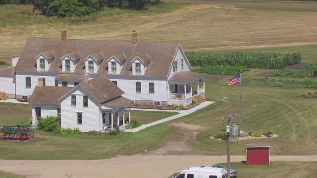 vídeos y material grabado en eventos de stock de ms aerial zi ts shot of circle main house at bagg bonanza farm / mooreton, north dakota, united states - expansión hacia el oeste