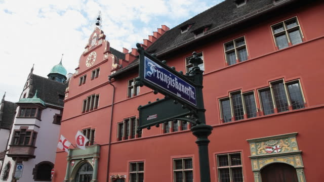 stockvideo's en b-roll-footage met ms shot of city hall / freiburg, baden-wurttenberg, germany - street name sign
