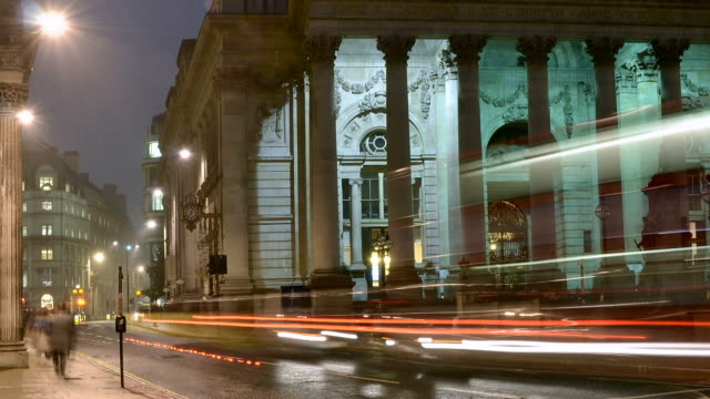 stockvideo's en b-roll-footage met ms t/l pan shot of city of london early morning start of business pan across royal exchange shopping centre with traffic and pedestrians / london, greater london, united kingdom - greater london