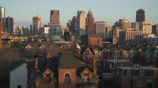 vidéos et rushes de ms pan shot of city sky line with sun shining on buildings / detroit, michigan, united states - detroit