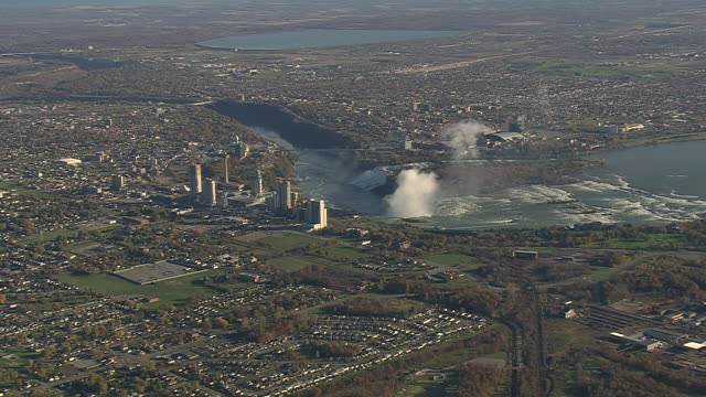 vídeos de stock, filmes e b-roll de ws aerial pan shot of cityscape with skyline at niagara falls (2,500ft) / new york, united states - niagara falls