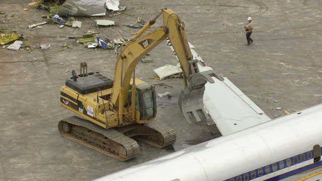 cu arial ts shot of claw splices into and continues demolition of md80 commercial jet airliner / roswell, new mexico, united states - roswell stock videos & royalty-free footage
