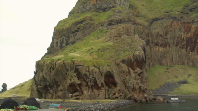 ms ut shot of cliffside of vestmannaeyjar island / vestmannaeyjar, sudhurland, iceland - wiese stock videos & royalty-free footage