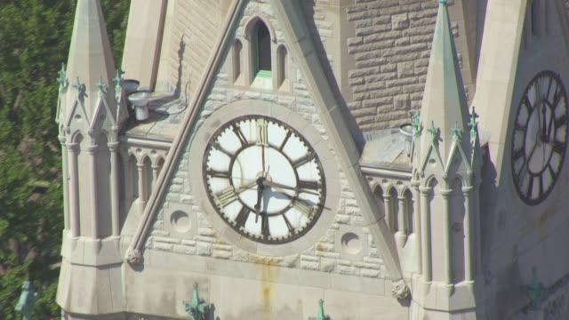 cu aerial shot of clock on bell tower of st francis xavier college church / st louis, missouri, united states - romersk siffra bildbanksvideor och videomaterial från bakom kulisserna