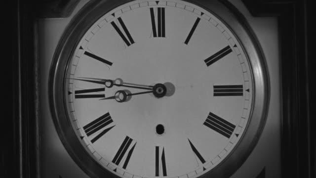 cu shot of clock - romersk siffra bildbanksvideor och videomaterial från bakom kulisserna