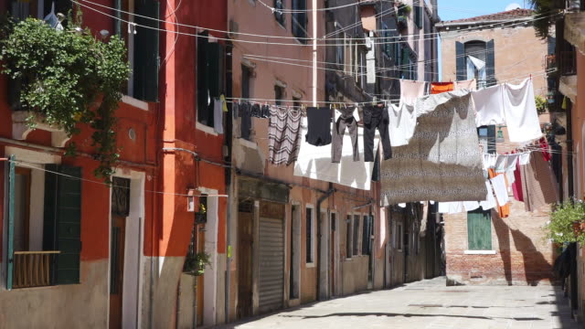 stockvideo's en b-roll-footage met ws shot of cloth lines between houses, arsenale / venice, veneto, italy - wasknijper