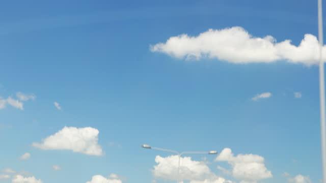 vídeos y material grabado en eventos de stock de disparo de nube moviéndose sobre el cielo azul - cielo despejado