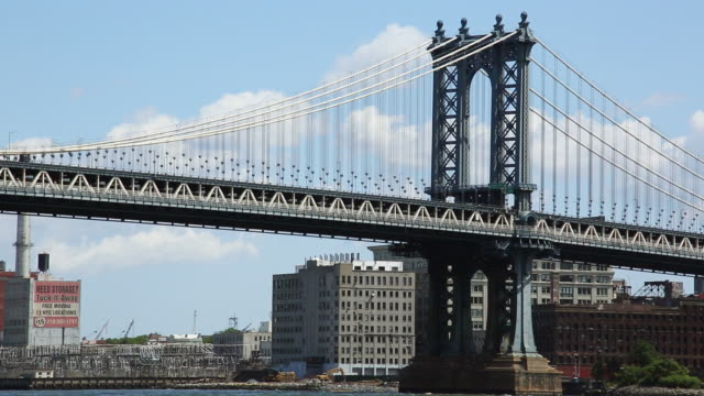 vídeos de stock e filmes b-roll de ms pan la shot of clouds above manhattan bridge and running cars / brooklyn, new york, united states  - ponte de manhattan