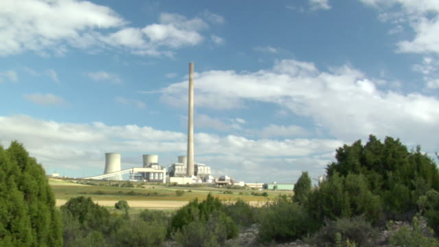 vídeos y material grabado en eventos de stock de ws shot of clouds moving over coal power plant / teruel, spain - comunidad autónoma de aragón