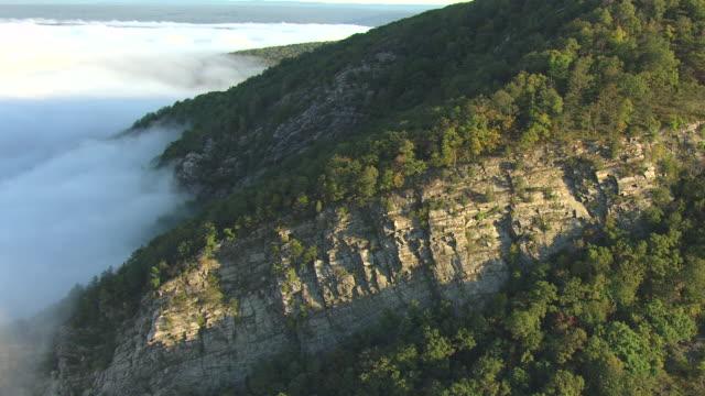 vídeos y material grabado en eventos de stock de ms aerial td pan shot of clouds with rock formations in delaware water gap along delaware river / pennsylvania, united states - delaware water gap