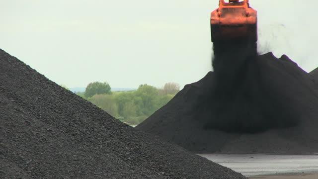 vídeos de stock, filmes e b-roll de cu shot of coal transshipment terminal at inland harbour / duisburg, north rhine westphalia, germany - carvão