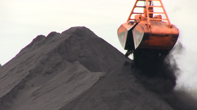 vidéos et rushes de cu shot of coal transshipment terminal at inland harbour / duisburg, north rhine westphalia, germany - charbon