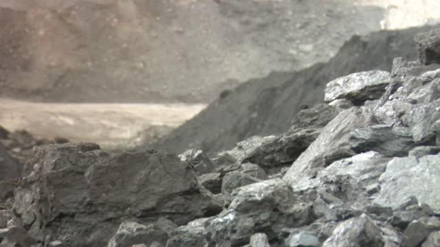 vídeos y material grabado en eventos de stock de cu shot of coal with power shovel circulating / andorra, teruel, spain - comunidad autónoma de aragón