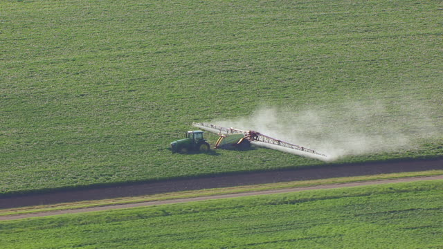 stockvideo's en b-roll-footage met ws aerial ts shot of combine harvester combing crops / north dakota, united states - tractor