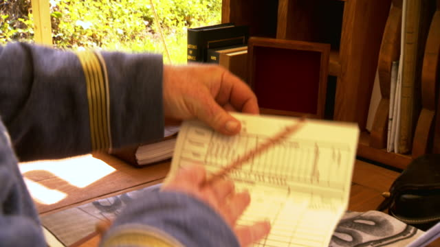 vidéos et rushes de cu zo shot of confederate generals hands as he writes on notebook and takes documents from hutch / fairfax, virginia, united states - général grade militaire