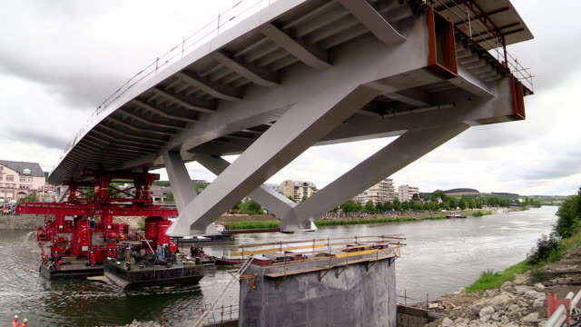 vídeos de stock, filmes e b-roll de ms tl shot of construction of new bridge over river / grevenmacher, moselle, luxembourg - ponte