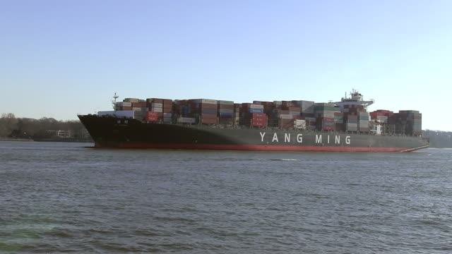 vídeos de stock, filmes e b-roll de ms shot of containership on river elbe near finkenwerder / hamburg, germany - rio elbe