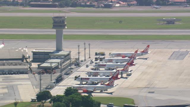 vídeos de stock, filmes e b-roll de ms aerial shot of control tower with planes / sao paulo, brazil - formato de alta definição