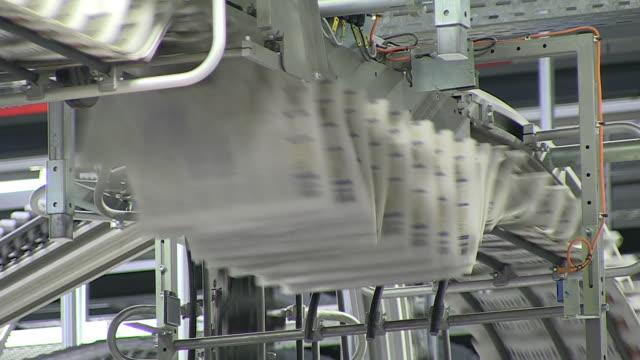 vidéos et rushes de ms shot of conveyer belts at newspaper printing office / russelheim, hesse, germany - journal