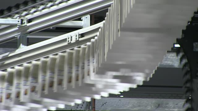vidéos et rushes de cu shot of conveyer belts at newspaper printing office / russelheim, hesse, germany - imprimerie