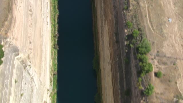 vídeos y material grabado en eventos de stock de ms aerial tu shot of corinth canal / corinth, peloponnese, greece - canal corriente de agua