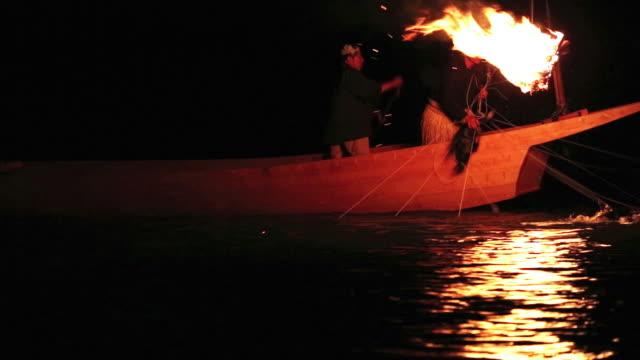 stockvideo's en b-roll-footage met ms shot of cormorant fishing, ukai at nagara river / nagaragawa river, gifu prefecture, japan  - aalscholvers