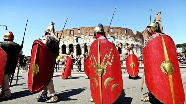 vídeos y material grabado en eventos de stock de shot of costumes parade for the anniversary of the birth of rome, also knowns as 'natale di roma' people dressed as ancient romans and gladiators... - soldado romano