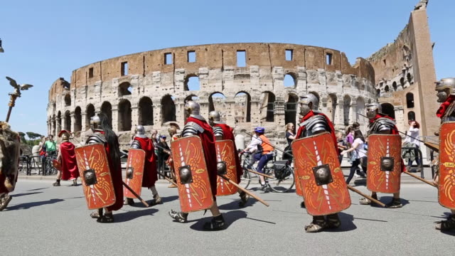 "vidéos et rushes de ms pan shot of costumes parade for the anniversary of the birth of rome, also knowns as ""natale di roma"" people dressed as ancient romans and gladiators walks along the landmarks of the city / rome, italy  - gladiateur"