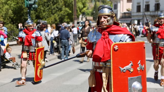 "vidéos et rushes de ms shot of costumes parade for the anniversary of the birth of rome, also knowns as ""natale di roma"" people dressed as ancient romans and gladiators walks along the landmarks of the city / rome, italy  - gladiateur"