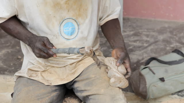 vidéos et rushes de ms shot of craftsmen working in town / libreville, gabon - artisant
