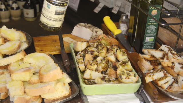 ms shot of crostini bread in delicatessen store / montepulciano, tuscany, italy - 盆点の映像素材/bロール