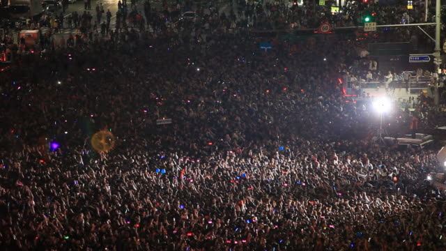 stockvideo's en b-roll-footage met ws shot of crowd at seoul cityhall plaza area / seoul, south korea - concert