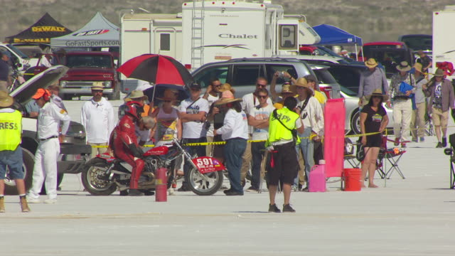 stockvideo's en b-roll-footage met ms aerial shot of crowd at starting line and motorcycle on race track at bonneville / utah, united states - bonneville zoutvlakte